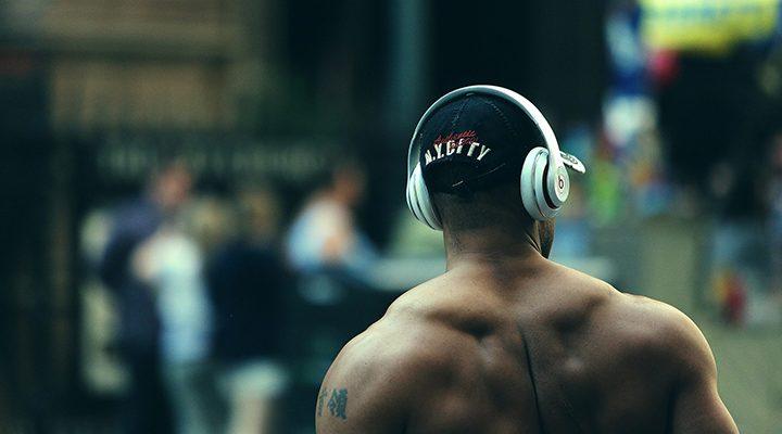 Man som är ute och springer med hörlurar.