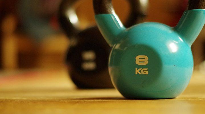Bild på en blå kettlebell märkt med 8kg.