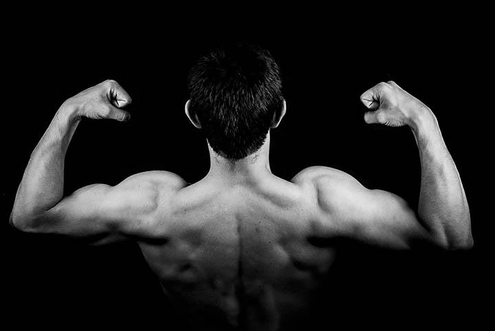 En man bakifrån där man ser ryggmusklerna.