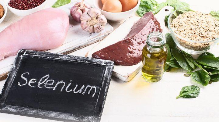 Olika livsmedel som har mycket selen i sig, en svart skylt där det står selenium på framför.